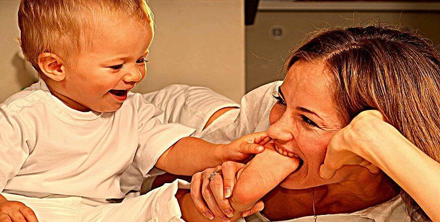 мама кусает ребенка
