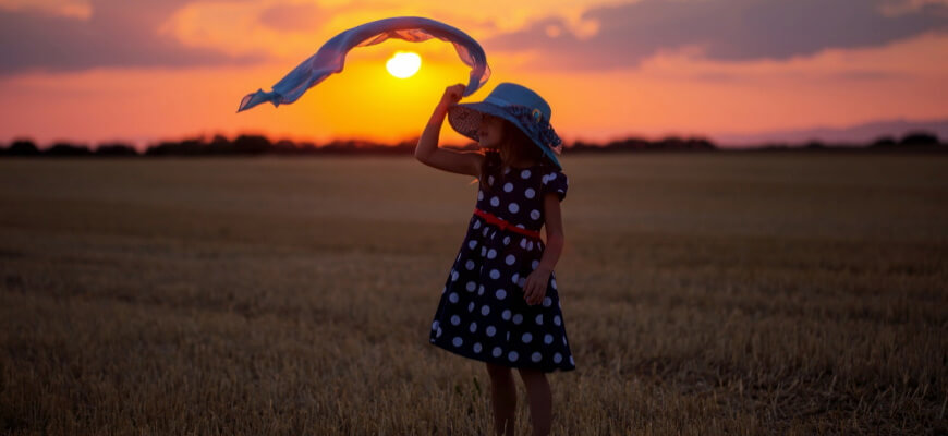 девочка закат поле