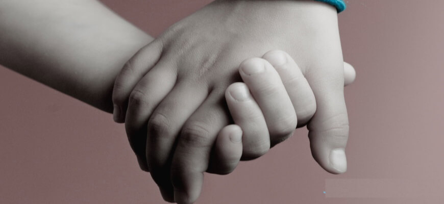руки взрослого и ребенка
