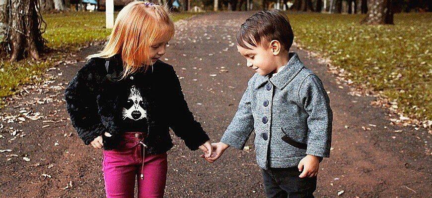 дети гуляют сами
