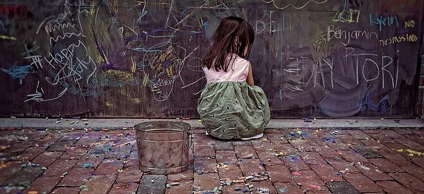 девочка одна на улице
