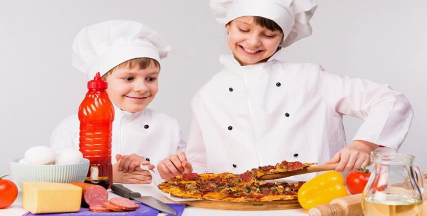 дети готовят пицу