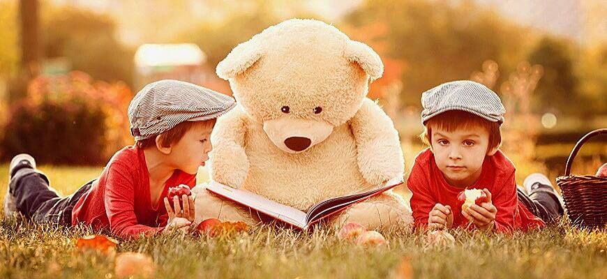 мишка и дети читают книгу