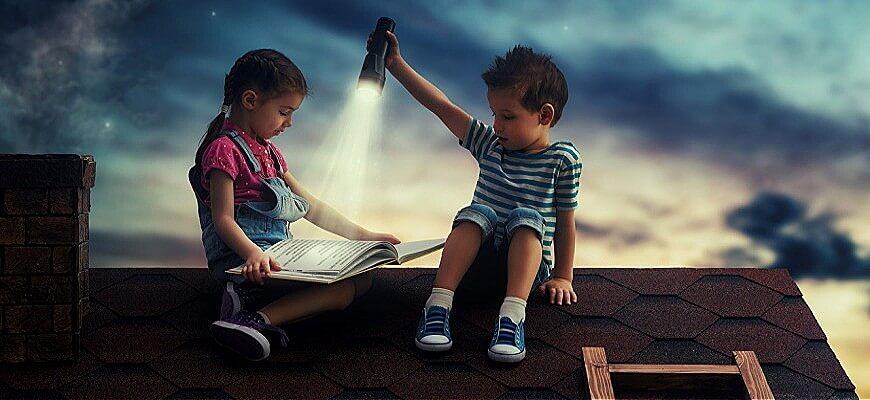 дети на крыше читают