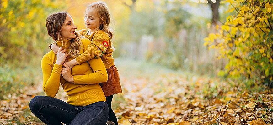 мама и дочь отдыхают в парке