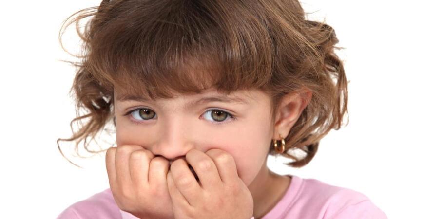 почему ребёнок может грызть ногти