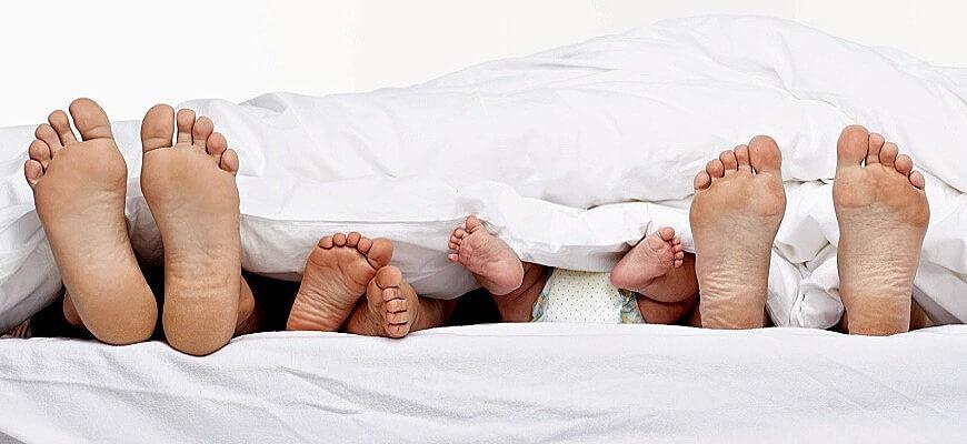 ребёнок спит с родителями: мнения психологов