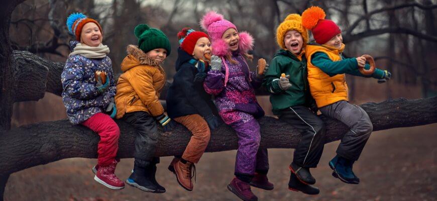 дети гуляют вместе