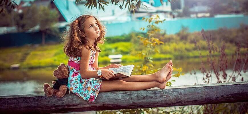 Девочка одна на природе