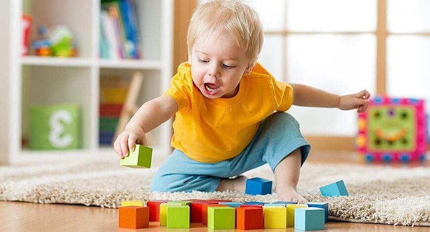 малыш играет в кубики