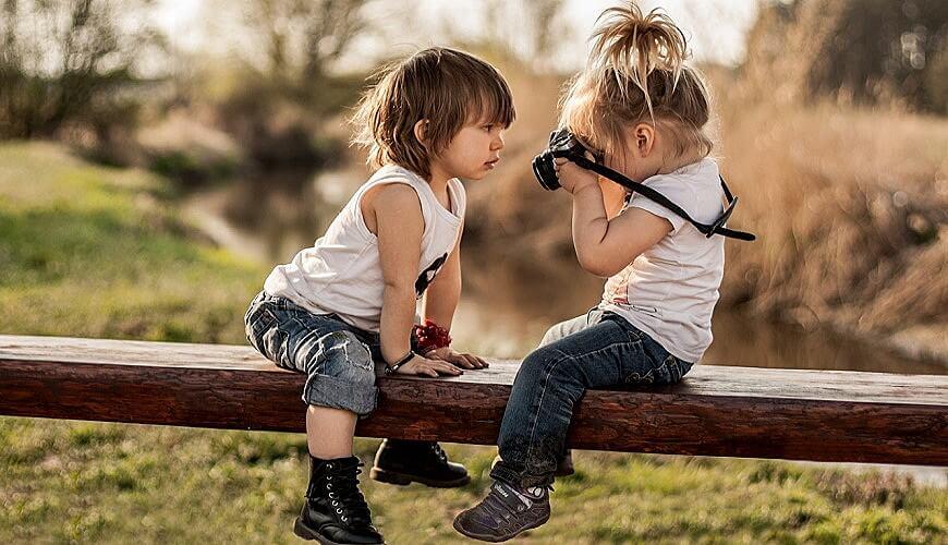 дети играют фотоаппарат