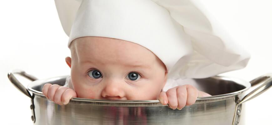 малыш в колпаке кухня