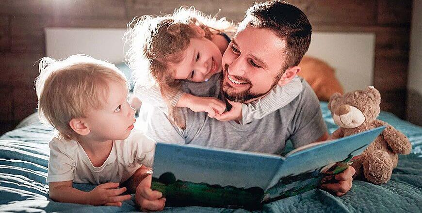 папа с детьми читают