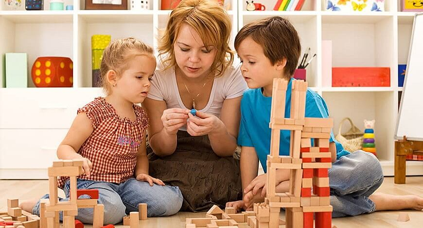 мама с детьми играют вместе